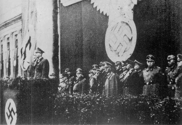 1 października 1940 roku, niemiecka uroczystość zmiany nazwy placu Saskiego (dawniej i dziś pl. Piłsudskiego) na Adolf Hitler Platz. Przemawia gubernator Warszawy dr Ludwig Fischer.  Zmiana nazwy odbyła się z okazji pierwszej rocznicy zdobycia Warszawy przez wojska niemieckie, w prezencie dla Adolfa Hitlera