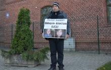Andrzej Duszak protestuje przed Sądem Okręgowym w Olsztynie, fot. M. Pietkun