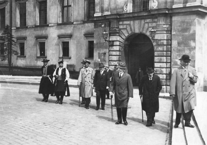 Członkowie Zgromadzenia Narodowego po uroczystości zaprzysiężenia prezydenta Mościckiego widoczni  Feliks Gwiżdż Karol Waligóra 09.05.1933