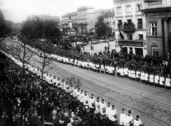 Duchowieństwo rzymskokatolickie w kondukcie pogrzebowym na Krakowskim Przedmieściu, widoczny budynek Polskiej Agencji Telegraficznej 1935-05-13 - 1935-05-17