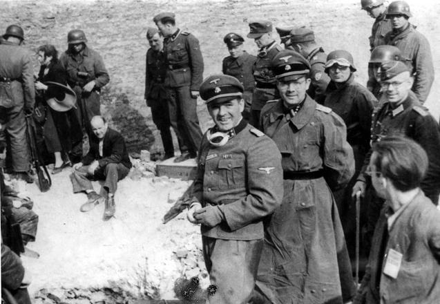 """Jürgen Stroop (z goglami) nadzoruje """"usuwanie Żydów z bunkra"""" podczas powstania w getcie. Kwiecień 1943 roku"""