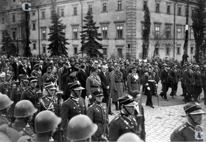 Kondukt pogrzebowy Józefa Piłsudskiego, widoczna delegacja Niemiecka, m.in. H.Goering