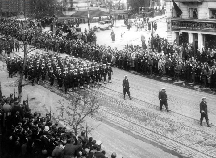 Kondukt pogrzebowy na Krakowskim Przedmieściu, widoczny budynek Polskiej Agencji Telegraficznej 1935-05-13 - 1935-05-17