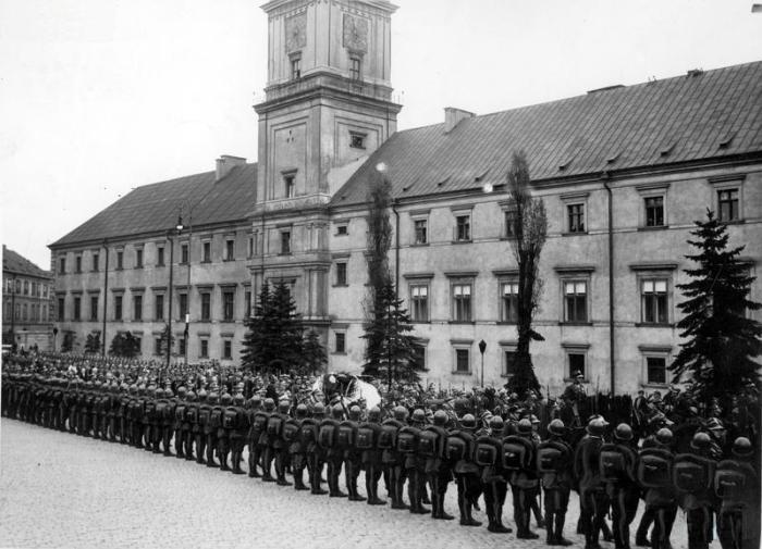 Kondukt pogrzebowy na Placu Zamkowym 1935-05-13 - 1935-05-17