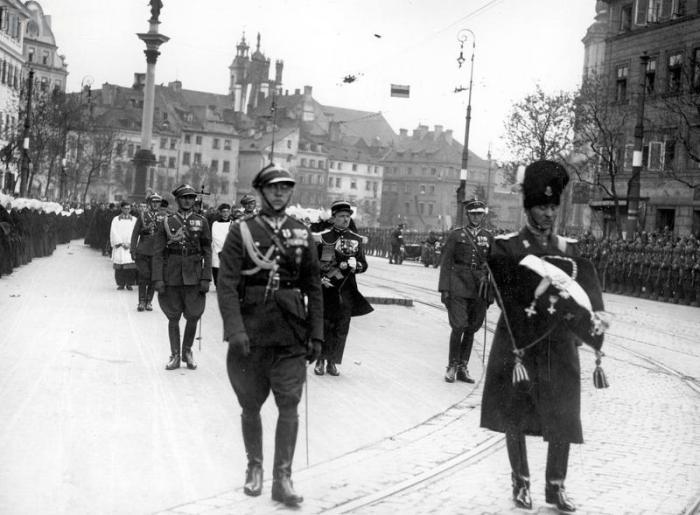 Kondukt pogrzebowy wychodzi z Placu Zamkowego na Krakowskie Przedmieście 1935-05-13 - 1935-05-17