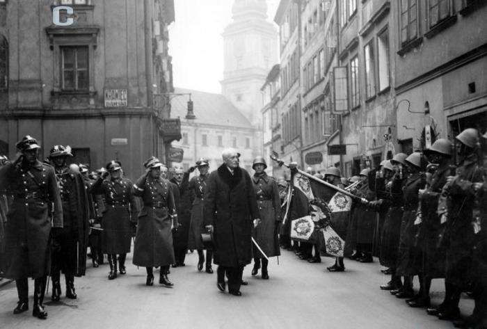 Marzec 1935, nabożeństwo w katedrze św. Jana w Warszawie z okazji uchwalenia przez Sejm nowej konstytucji. Prezydent RP Ignacy Mościcki przechodzi przed frontem kompanii honorowej