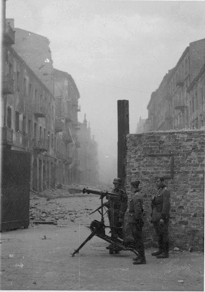 Niemieckie stanowisko ciężkiego karabinu maszynowego przed bramą do getta na skrzyżowaniu ulic Nowolipie i Smoczej. Widok na wschód