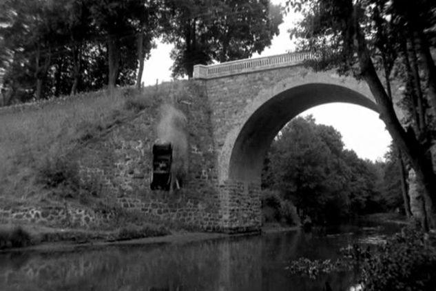 """Odc. 7 """"Podwójny nelson"""" auto nadradcy Gebhardta spada z mostu na rzece Wadąg w Dywitach (fot. TVP)"""