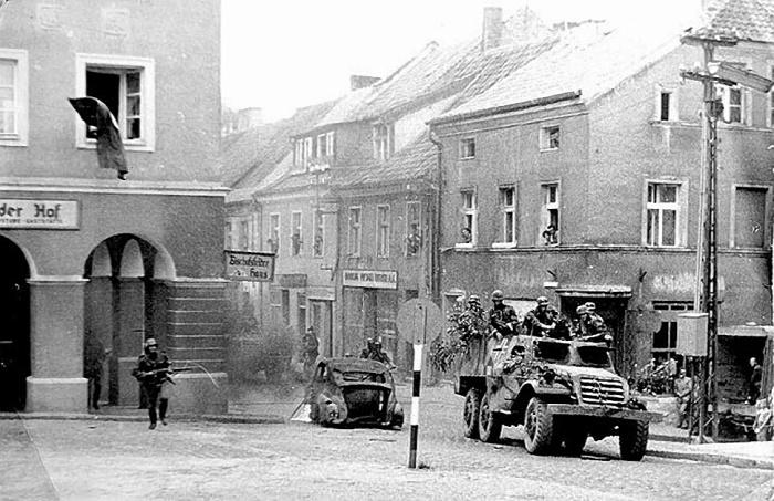 """Olsztyn 1967,Kadr z filmu """"Stawka większa niż życie"""". Ujęcie kręcono koło kina Awangarda"""