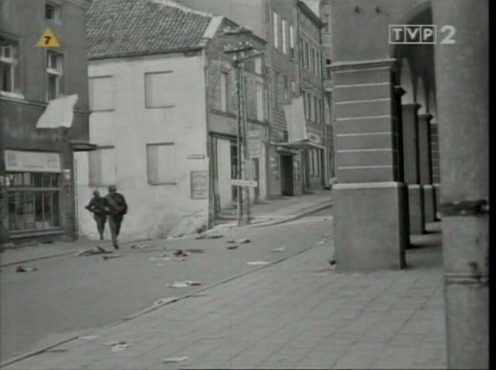 """Olsztyn 1967, Kadr z filmu """"Stawka większa niż życie"""". Na fotografii widoczna ul.Kołłątaja, widok spod kina Awangrda"""