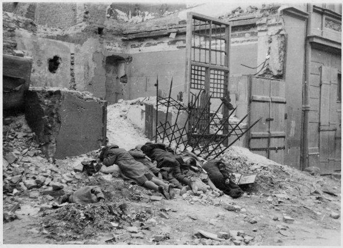Oryginalny niemiecki podpis pod zdjęciem brzmiał - Bandyci zgładzeni w walce