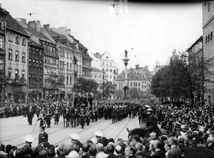 Pogrzeb Michaliny Mościckiej w Warszawie, kondukt pogrzebowy na Krakowskim Przedmieściu 18-20.08-1932