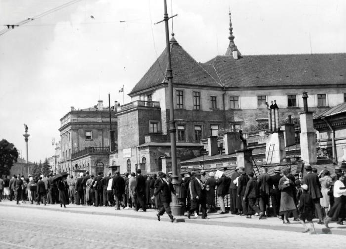 Pogrzeb Michaliny Mościckiej w Warszawie, ludność na moście Kierbedzia przed Zamkiem Królewskim