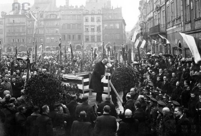 Przebieg manifestacji . Wicemarszałek Sejmu Stanisław Car opuszcza trybunę po wygłoszeniu przemówienia, marzec 1935