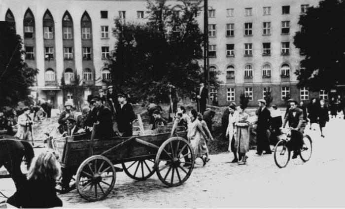 Ruch uliczny przed gmachen szpitala Praskiego, wrzesień 1939