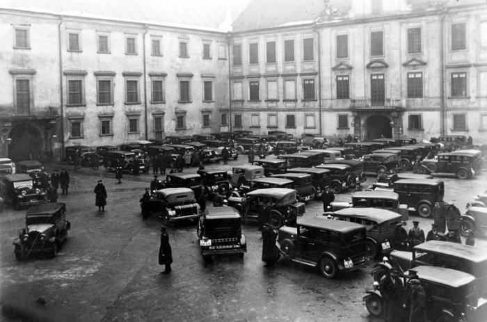 Składanie życzeń noworocznych prezydentowi RP Ignacemu Mościckiemu na Zamku Królewskim w Warszawie, samochody na dziedzińcu zamkowym, 01.01.1934