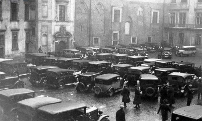 Składanie życzeń noworocznych prezydentowi RP Ignacemu Mościckiemu na Zamku Królewskim w Warszawie samochody na dziedzińcu zamkowym podczas uroczystości 01.01.1933