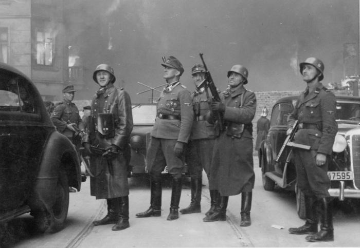 Jürgen Stroop osobiście nadzoruje likwidację getta warszawskiego w kwietniu 1943 roku
