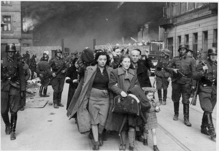 Getto warszawskie, kwiecień 1943 roku (fot. z Raport Stroopa)