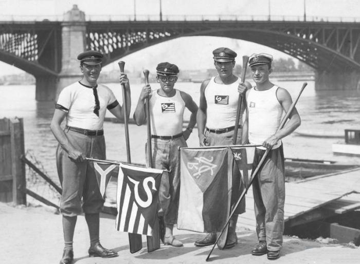 Studenci na przystani Akademickiego Związku Sportowego w okolicach mostu Poniatowskiego, 10.06.1929