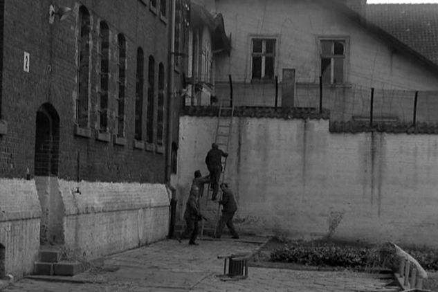 """Odc. 1 """"Wiem, kim jesteś"""": Kloss i jego kompani uciekają z radzieckiego więzienia, czyli aresztu śledczego w Olsztynie (fot. TVP)"""
