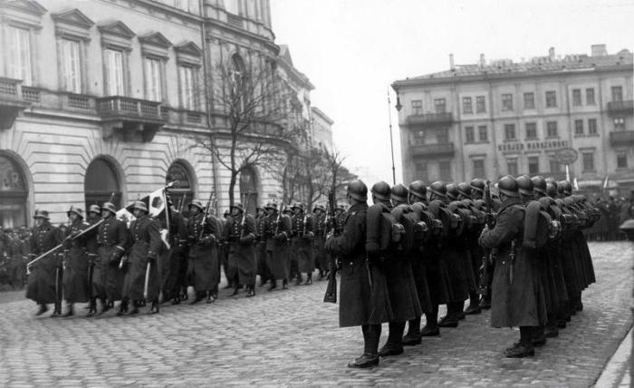 Uroczysta zmiana warty przed Komendą Miasta w Warszawie, na drugim planie widoczny budynek Kuriera Warszawskiego, 19.03.1934