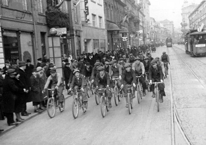 Uroczystości imieninowe Józefa Piłsudskiego w Warszawie. Sztafeta kolarska na warszawskiej ulicy w drodze do Belwederu, 19.03.1933
