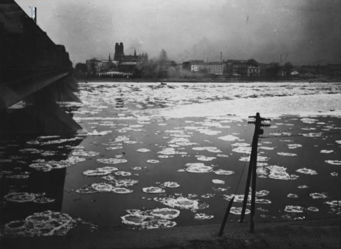 Widok Pragi z lewego brzegu Wisły, grudzień 1937
