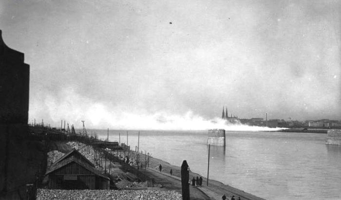 Widok Pragi z lewego brzegu Wisły na kościół św. Floriana, na pierwszym planie filary mosty kolejowego, marzec 1926