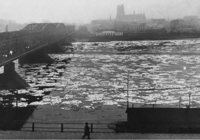 Widok Pragi z lewego brzegu Wisły, po lewej most Kierbedzia